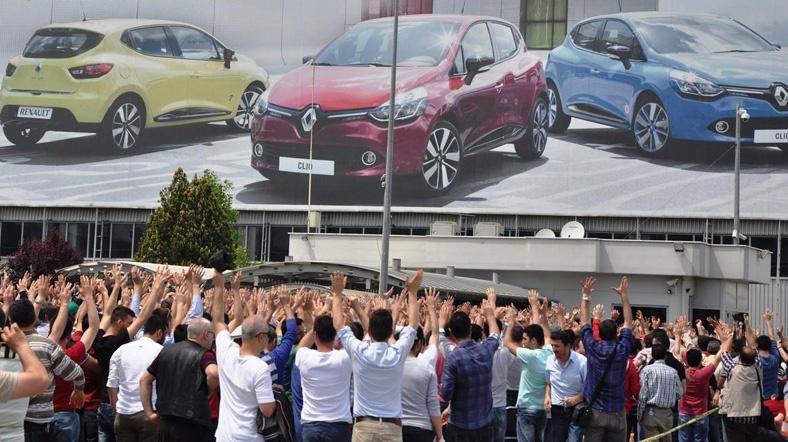 Renault işçileri fabrika önünde...